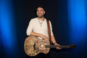 På lördag ska Stiko Per Larsson försöka ta sig vidare i Melodifestivalen.Foto: Henrik Montgomery / TT