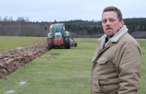 Fältchefen Jan Persson  anser att en plöjning av flygfältet och en satsning på en helt ny start- och landningsbana som skyddas av ett elstängsel är det enda alternativet.