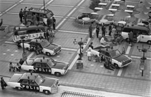 Norrmalmstorgsdramat, gisslandrama 23-27 augusti 1973 i dåvarande Kreditbanken vid Norrmalmstorg i Stockholm. En kpistbeväpnad rånare tog fyra anställda som gisslan i bankens valv. I direktsändning i radio och tv kunde Sverige och världen följa det sex dygn långa dramat timme för timme. Foto: Jan Collsiöö/Scanpix/TT