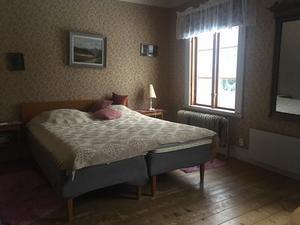 I början av 1940-talet sägs Inga Flodin vid flertalet tillfällen se tre damer sitta och gråta i en soffa i hennes sovrum. Det benämns nu som
