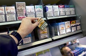 Från och med den 1 november måste handlarna ha tillstånd för att sälja tobak. Polisen och kommunerna hoppas att det ska minska tillgången på smuggeltobak. OBS: Genrebild.