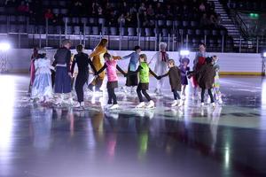 Skridskoskolan inledde showen med dans.