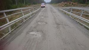 Foto: Privat. Pendlare har larmat om djupa hål i Svartsjövägen – men flera veckor har passerat utan åtgärd.