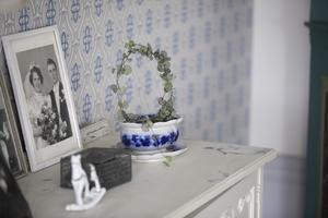 Blått och vitt är färgkombinationer som Erika gillar skarpt. Hon letar på loppis efter inredningsdetaljer.