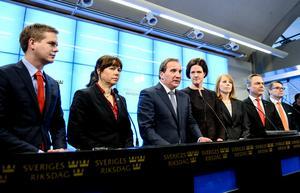 Den 27 december 2014 presenterades Decemberöverenskommelsen, den uppgörelse som skulle gälla till 2022 och som skulle garantera att Sverige gick att regera även för en minoritetsregering. På pressträffen deltog Gustav Fridolin (MP), Åsa Romson (MP), Stefan Löfven (S), Anna Kinberg Batra (M), Annie Lööf (C), Jan Björklund (FP) och Göran Hägglund (KD). Foto: Maja Suslin/TT