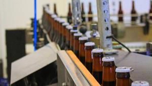 Ölflaskorna flyger fram på bandet i en rasande takt. Doften av öl är påtaglig och innehåller en blandning av skräckblandad förtjusning.