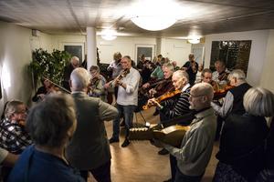 Det började med en liten grupp. Timmen senare var hela rummet fyllt med musiker. Lite av ett urbant buskspel.