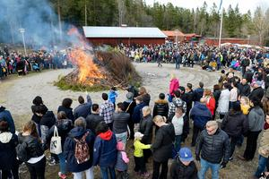 Ett par tusen personer hade sökt sig till valborgsmässofirandet på Norra berget.