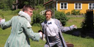 Joel Schmidt och Karin Bergquist möts i en fäktscen. Obs repetionskläder.