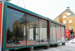 Framsidan av glasburen där programledarna kommer att synas ut mot Stora torget.