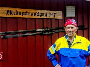 Gösta Lönnelid hemma på Skidspårsvägen i Hemus. Kanske trälaggarna på garageväggen kan kommatill pass? Foto: Sten Widell