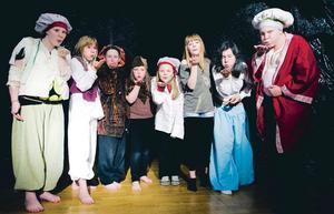 Kristina Petrushina med Smedjebackens unga teatergrupp vid uppsättningen av Alladin 2009. Arkivbild. Foto: Janne Eriksson