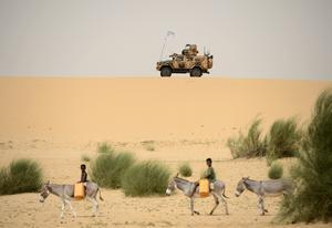 Patrullerna ställs upp på höjder runt byn Likrakar, två mil norr om Timbuktu, i samband med att  ett befäl träffar ledaren för den väpnade gruppen MAA inne i byn. Barnen är på väg till brunnen för att hämta vatten. Den svenska FN-styrkan lyder under FNs insats i Mali, MINUSMA. Förbandet opererar huvudsakligen från Camp Nobel strax söder om Timbuktu och är ett underrättelseförband.Foto: Henrik Montgomery / TT