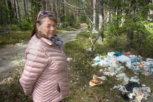 Vid sidan av vägen ligger plastpåsar, blöjor, matförpackningar, flaskor, tyg och annat. Någon som inte vill betala för sophämtning?