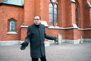 När romerna avvisades från lägret i Sundsvalls hamn för fyra år sedan upplät Stefan Andersson plats för några husvagnar på kyrkbacken.  Beslutet var kontroversiellt, både inom och utanför kyrkan.