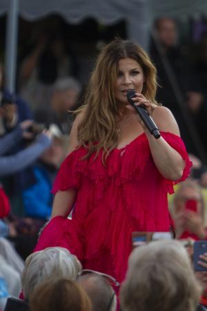 Carola vandrade runt bland publiken och sjöng sina gamla hitlåtar.