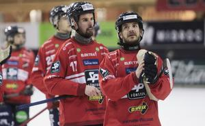 Två förgrundsprofiler hemma mot Motala tackar publiken – Mattias Hammarström och Hans Andersson. Båda bombade in fräsiga hörnor.