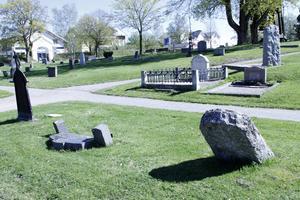 De senaste åren har många gravstenar befunnits vara osäkra – i vissa fall läggs dessa ned. Bilden tagen på Ljusdals kyrkogård.
