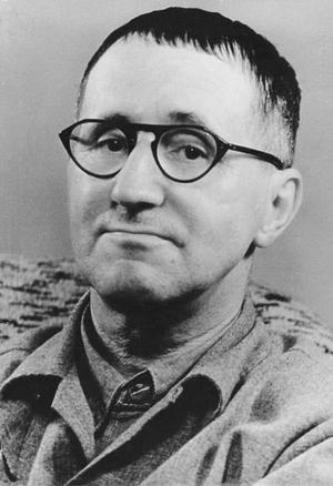 Enligt den tyske författaren och dramatikern Bertolt Brecht kan inte fotografiet eller filmen ersätta litteraturen som verklighetsskildrare.  Fotot är taget av Jörg Kolbe 1954.