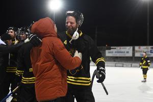 Johan Willes kramar om Pelle Fosshaug efter att AIK säkrat elitseriespel nästa säsong.