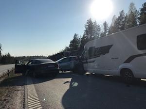 Flera bilar var inblandade i trafikolyckan på E18. Foto: Läsarbild