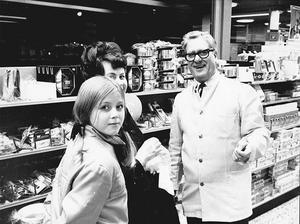 Ruys Karström öppnade matvaruaffären Granlohallen (nuvarande Hemköp) på Vikingavägen. Här samtalar han med kunder på öppningsdagen.