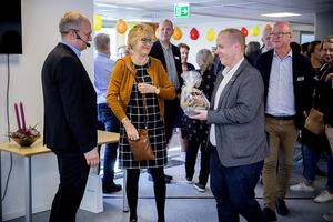 Kommunalrådet Andreas Sjölander (i mitten) med välkomsblomster till generaldirektör Fredrik Malmberg, till vänster.