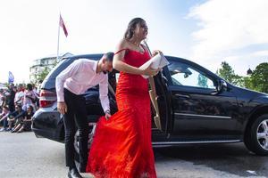 Det var inte bara att stiga ur bilarna med långa klänningar.