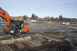 Den befintliga parkeringen ska bli större och markarbeten pågår för fullt.