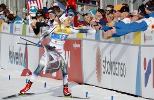 Stina Nilsson firar sitt VM-guld i sprint i Seefeld tillsammans med några supportrar.