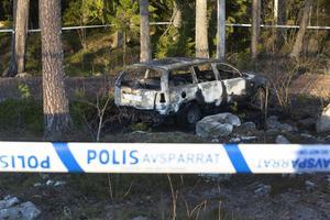 En bil som brunnit i natt stod i skogskanten vid Gavlerinkens norra parkering.