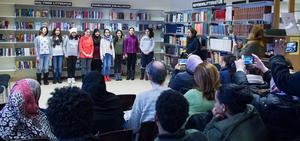 Sång på arabiska inför uppskattande publik på biblioteket.
