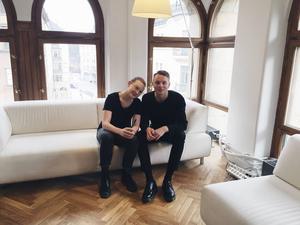 Gävlekillen Hugo Wallmo och Evelina Rönnung gjorde succé med sin Ikea-annons där de hälsade prins Oscar välkommen till världen.   Nu prisas de i reklamtävlingen Guldägget med Kycklingstipendiet.