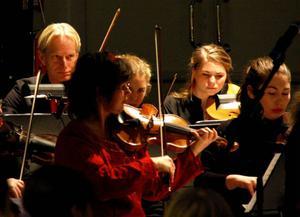 Andäktigt var det i Färgfabriken Norr i går när elever från flertalet skolor i Östersunds kommun fick lyssna till levande symfoniorkester. Särskilt imponerade två unga sångerskor.Foto: Tomas Larsson