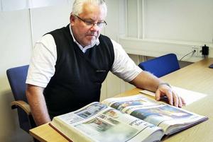 Tomas Larsson bläddrar i tidningsläggen från maj 2004 och minns infernot vid åskovädret den nionde maj.