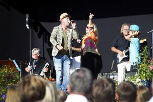"""SOMMARLÅT. Hampus hjälper till att dansa tillsammans med Markoolio som fyllde upp Bergtäkten med sin stämma med låten """"Ingen sommar utan reggae"""".Foto: Lina Westman"""