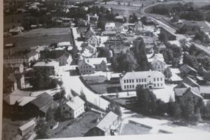 Det här var Harry Ekholms Edsbyn i mitten av 1930-talet. Han höll till en början till vid gamla Konsum på Söder, som syns till vänster i bild.
