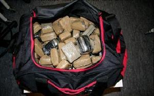 Totalt 404 kilo cannabis, packade i flera sportbagar,  hittades i lastbilen de nu dömda hade hyrt.