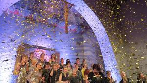 Juniper Bay-kören firade 20 år i Envikens kyrka till konfettis och glitter. Foto: Walters Börje Edénius.