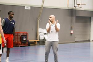Jotti Nikolaidis instruerar sin nyaste spelare under tisdagens träning.