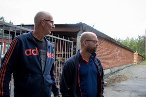 Bygglärarna Leif Öhman och Mattias Ådeby blickar ut över gården som ska bli uteklassrum.