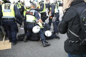 GÖTEBORG 20170930 Sammandrabbningar mellan polis och nynazister vid Nordiska motståndsrörelsens (NMR) demonstration på lördagen.Foto Adam Ihse / TT kod 9200