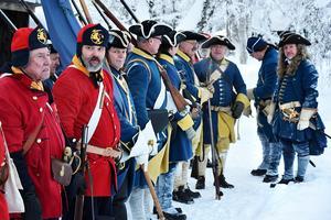 Utklädda karoliner på Jamtli i samband med fälttåg, eldstrid och dramatiserad vandring med anknytning till 300-årsminnet 1718 och dödsmarschen över fjällen nyåret 1719