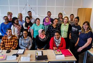 Vuxenutbildningen i Sundsvall har startat en ny form av utbildning med goda jobbchanser. Efter avslutade studier får eleverna behörighet att arbeta som undersköterskor – ett bristyrke. På bilden syns delar av klassen och lärare.