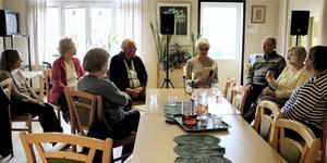 Högläsning på äldreboenden och LSS-boenden sker oftast i grupp. Bilden är tagen från ett tillfälle på ett serviceboende i Askersund i Örebro län.