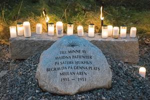 Många tog chansen att tända ett ljus vid minnesstenen.