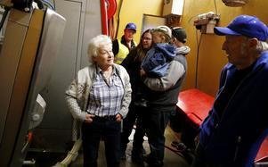 Eva Larsson kollade in rummet i ladugården där mjölkroboten står och konstaterade att kunskaper i handmjölkning inte är särskilt gångbara idag. Karl-Anders Norman, till höger, driver gården och berättar att roboten spara stora resurser varje år.