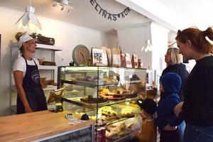 Stamkunderna är många i Evelinas kök men även nya kunder hittar till Evelina Borneling i Forserum för att köpa bröd, bullar och kakor.