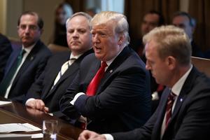 USA:s nyligen utsedda inrikesminister David Bernhardt (andra från vänster) är tidigare lobbyist för oljeindustrin. Foto: TT/AP/Evan Vucci