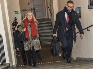 Foto: Jonas Ekströmer / TT. Poeten och akademiledamoten Katarina Frostenson anländer till hovrätten.